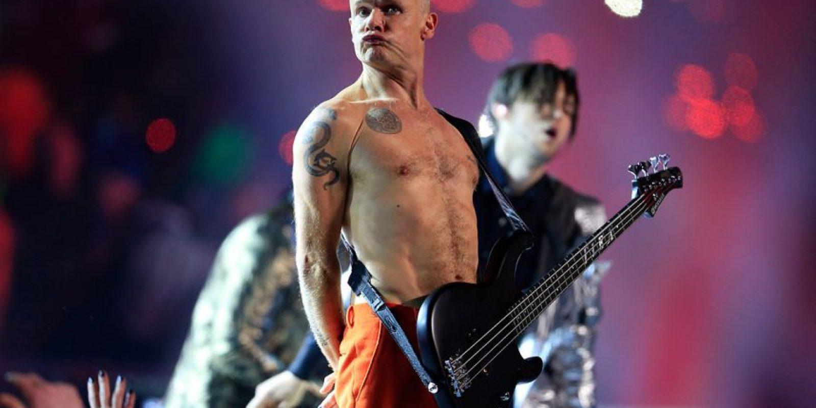 Red Hot Chili Peppers en el Super Bowl 2014. El bajo de Flea ni siquiera estaba conectado, por lo que recibieron millones de críticas. La banda después publicó un comunicado donde aclararon que la NFL les pidió que salieran a tocar su éxito 'Give It Away' en el show, pero que solamente la voz de Anthony Kiedis iba a ser en vivo y que el bajo, la guitarra y la batería tendrían que estar pregrabadas. Foto:Getty Images