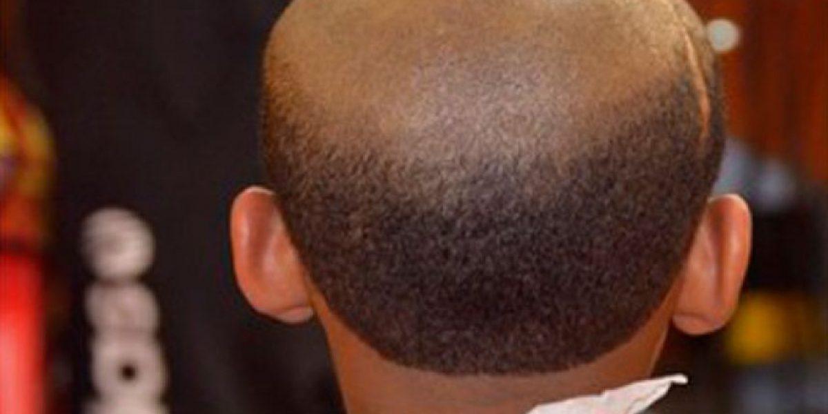 Fotos: peluquero hace cortes de anciano a niños que se portan mal