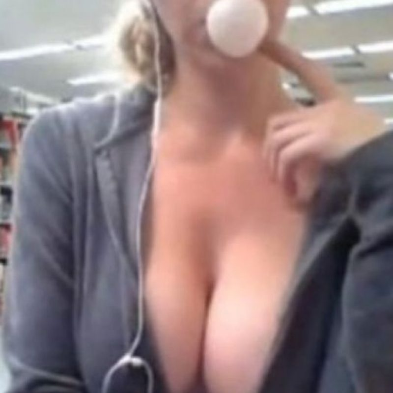 Ella grabó un video porno en la biblioteca de su universidad Foto:Reddit