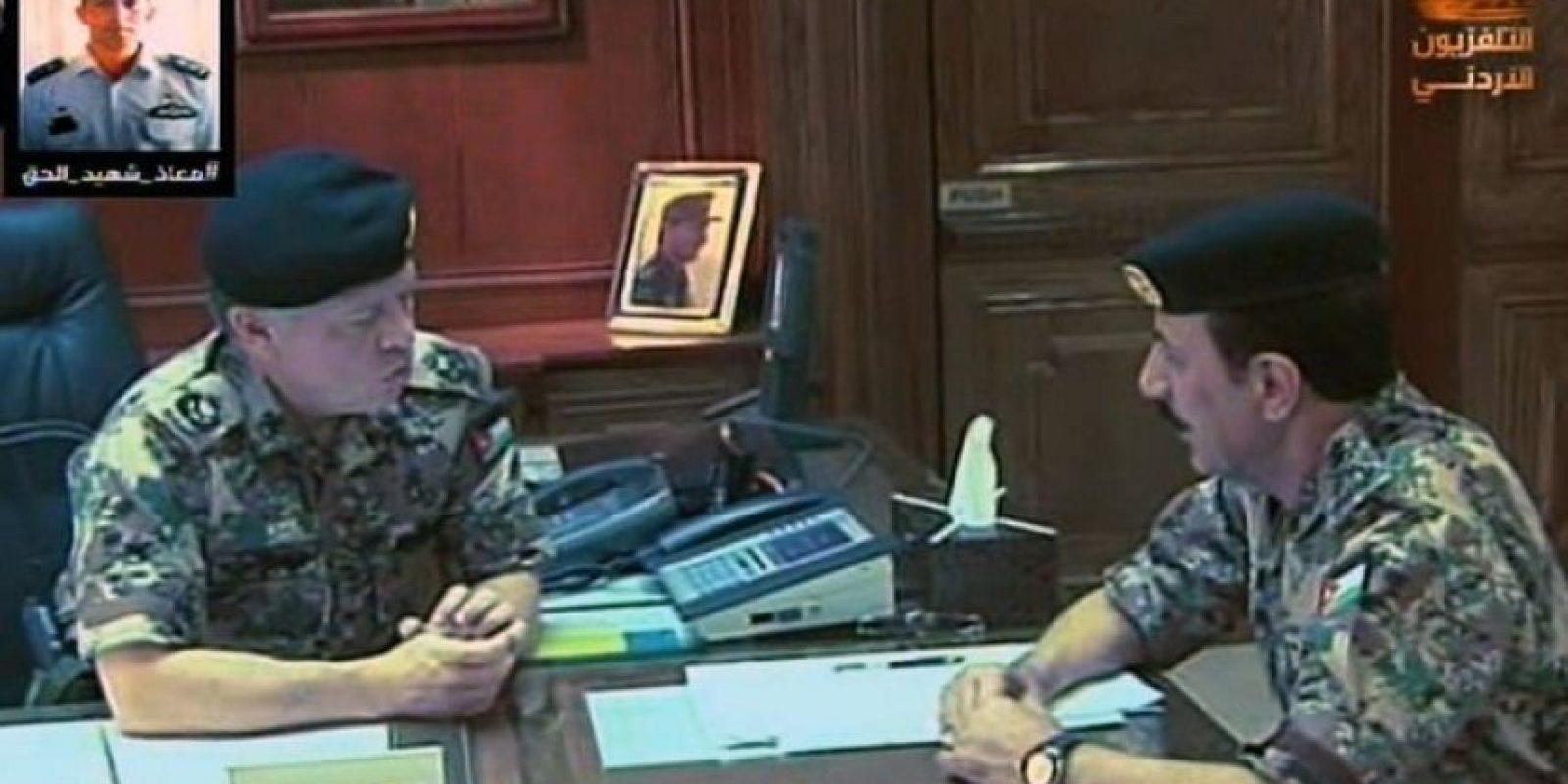El Rey Abdulla II (izquierda) anunció a la nación el día de ayer los ataques Foto:AFP