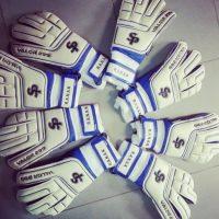 Los guantes del arquero ghanés. Foto:twitter.com/RazakBrimah