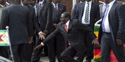 4 de febrero: A sus 90 años, Robert Mugabe, dictador de Zimbawe, tropieza al finalizar un discurso. Foto:Twitter