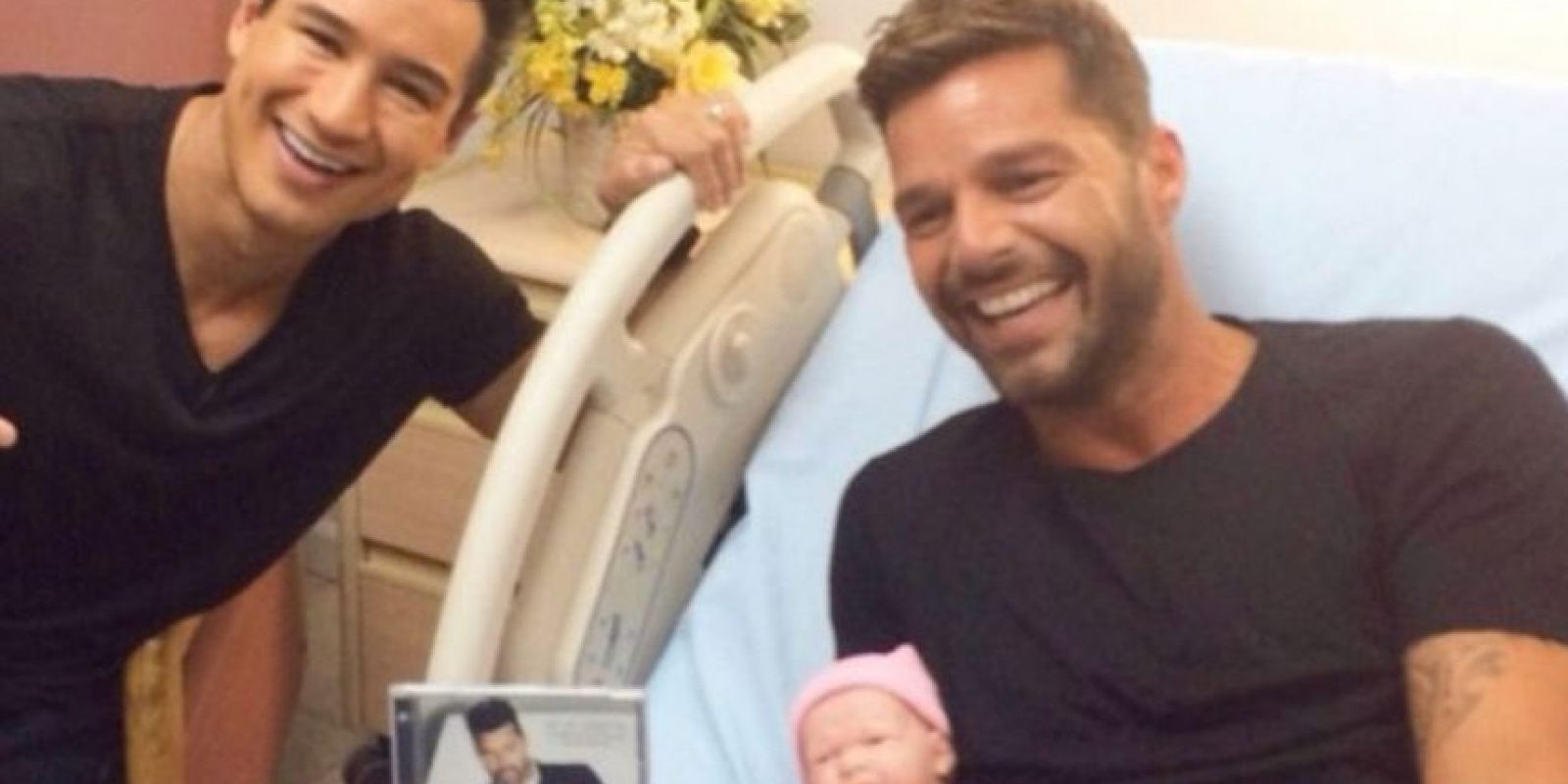 """Así lo hizo cuando se tomó esta foto con el presentador Mario López y con un muñeco. Puso """"mi nuevo bebé"""", haciendo alusión a su nuevo trabajo discográfico. Ya tiene más de 67 mil likes Foto:Instagram/Ricky Martin"""