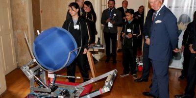 En su visita a Bogotá, Colombia, el Príncipe Carlos pudo conocer robots fabricados en América Latina Foto:Getty Images