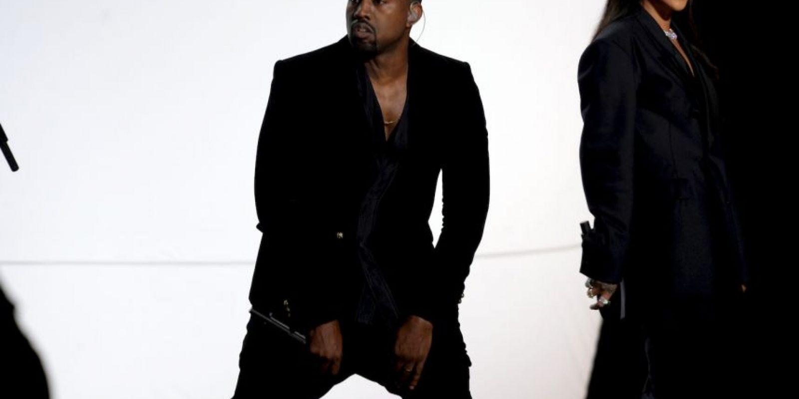 West se presentó en el escenario de la entrega de premios Foto:Getty Images