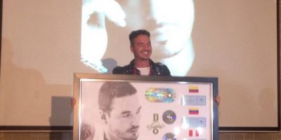 J Balvin sostiene los varios discos de platino y oro que ha recibido en Latinoamérica. De estos, cinco discos de platino fueron en Colombia. Foto:Cindy Burgos / Publimetro