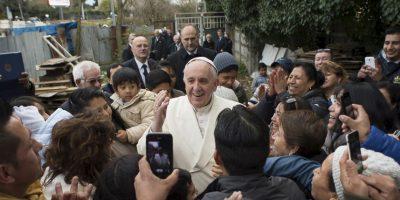 El Papa sorprendió a todos al llegar de improviso al barrio pobre. Foto:AP