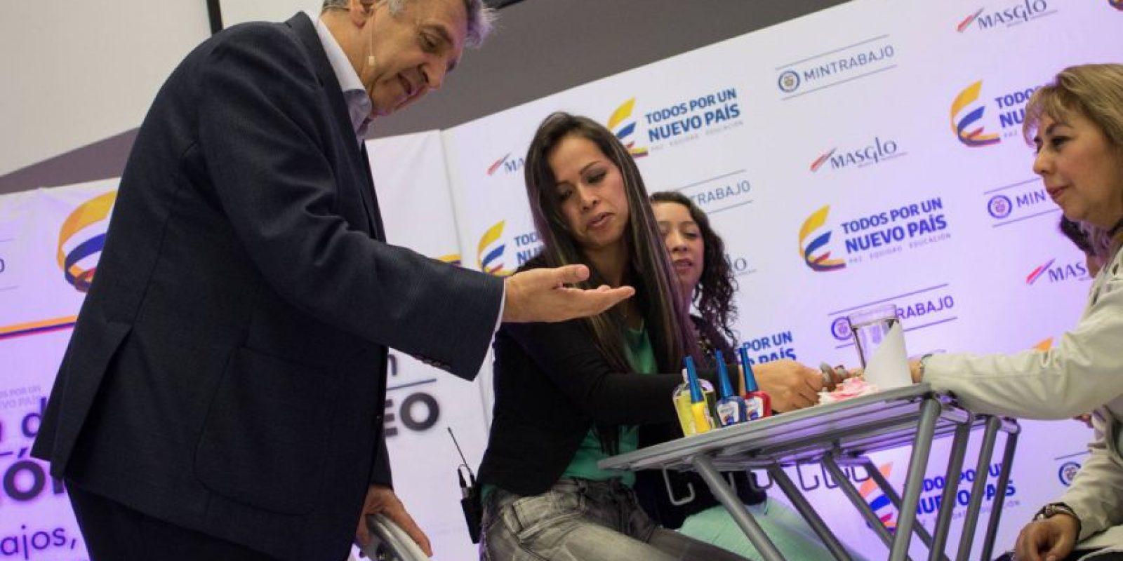 Aunque inicialmente se indicó que el ministro se haría una manicura, solo se limitó a mostrar sus manos a las manicuristas. Foto:Juan Pablo Pino / Publimetro