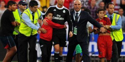 Cristiano Ronaldo apoya a niños mediante fundaciones y protegiéndolos cuando lo abrazan en la cancha. Foto:instagram.com/cristiano