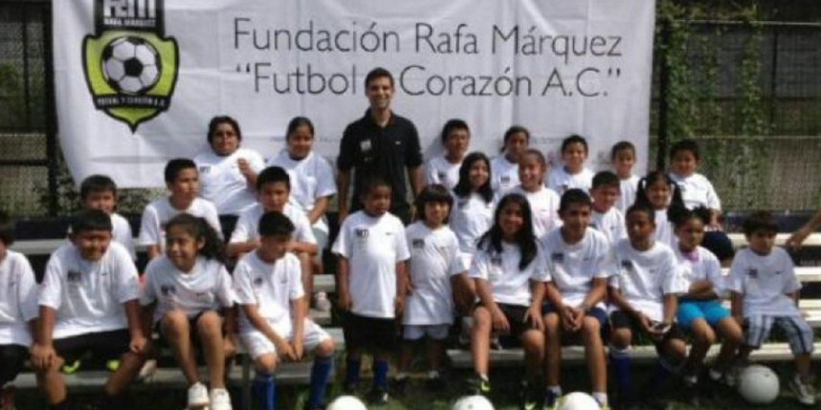 Márquez imparte clínicas de fútbol a pequeños de poblaciones marginadas. Foto:facebook.com/RafaMarquezOficial