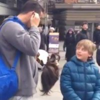 También ha hecho bromas para darle una sorpresa a niños en la calle. Foto:Twitter