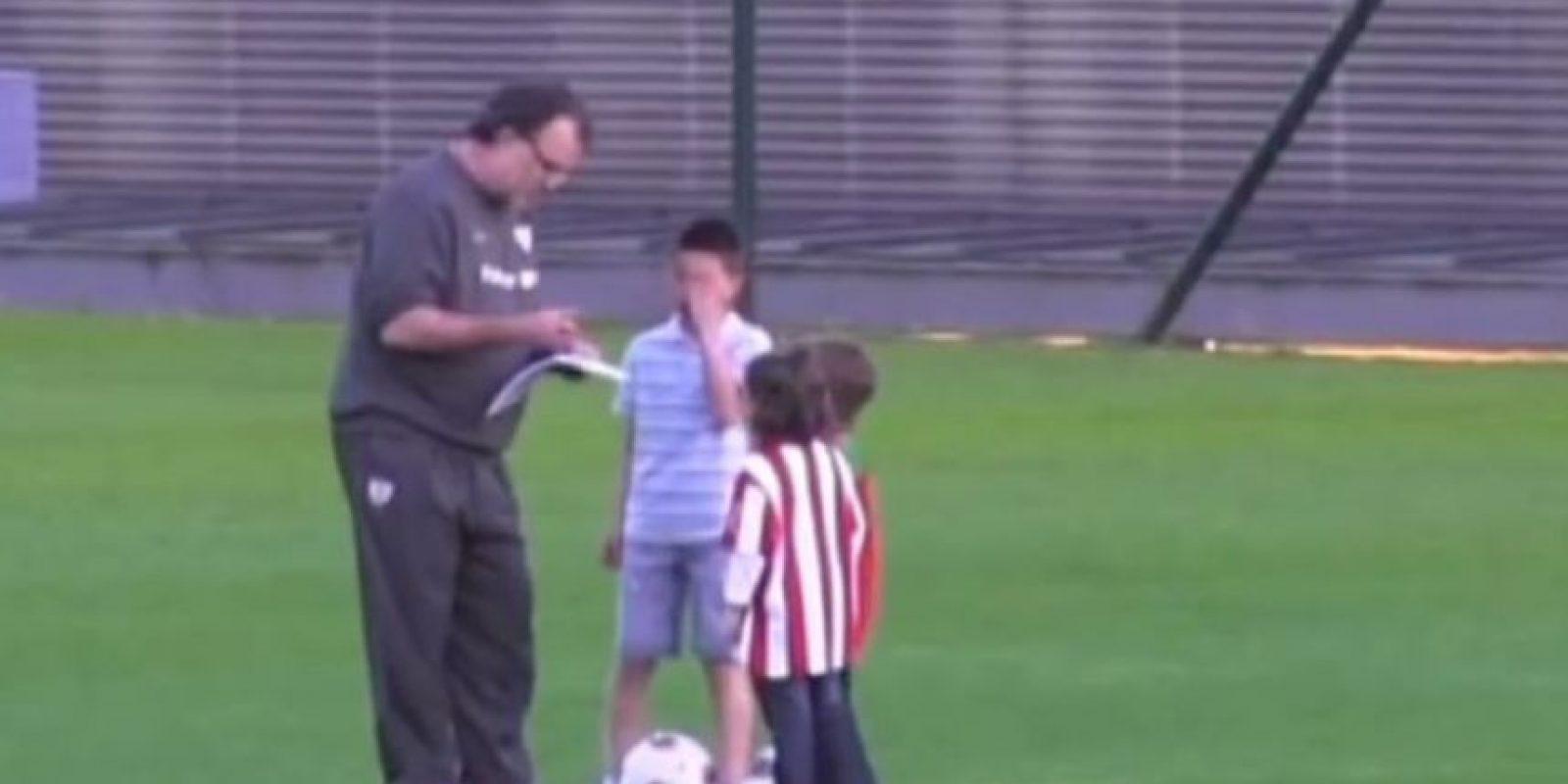 Marcelo Bielsa es considerado como el abuelo de los niños. Por ejemplo, en 2012 tuvo ayudantes de lujo durante un entrenamiento del Atlethic de Bilbao. Foto:YouTube