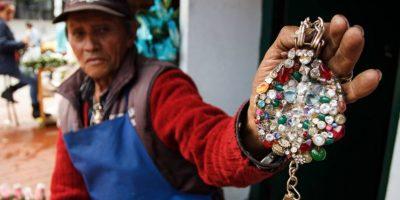 Asegura que su collar se lo regalaron extraterrestres. Foto:Juan Pablo Pino / Publimetro