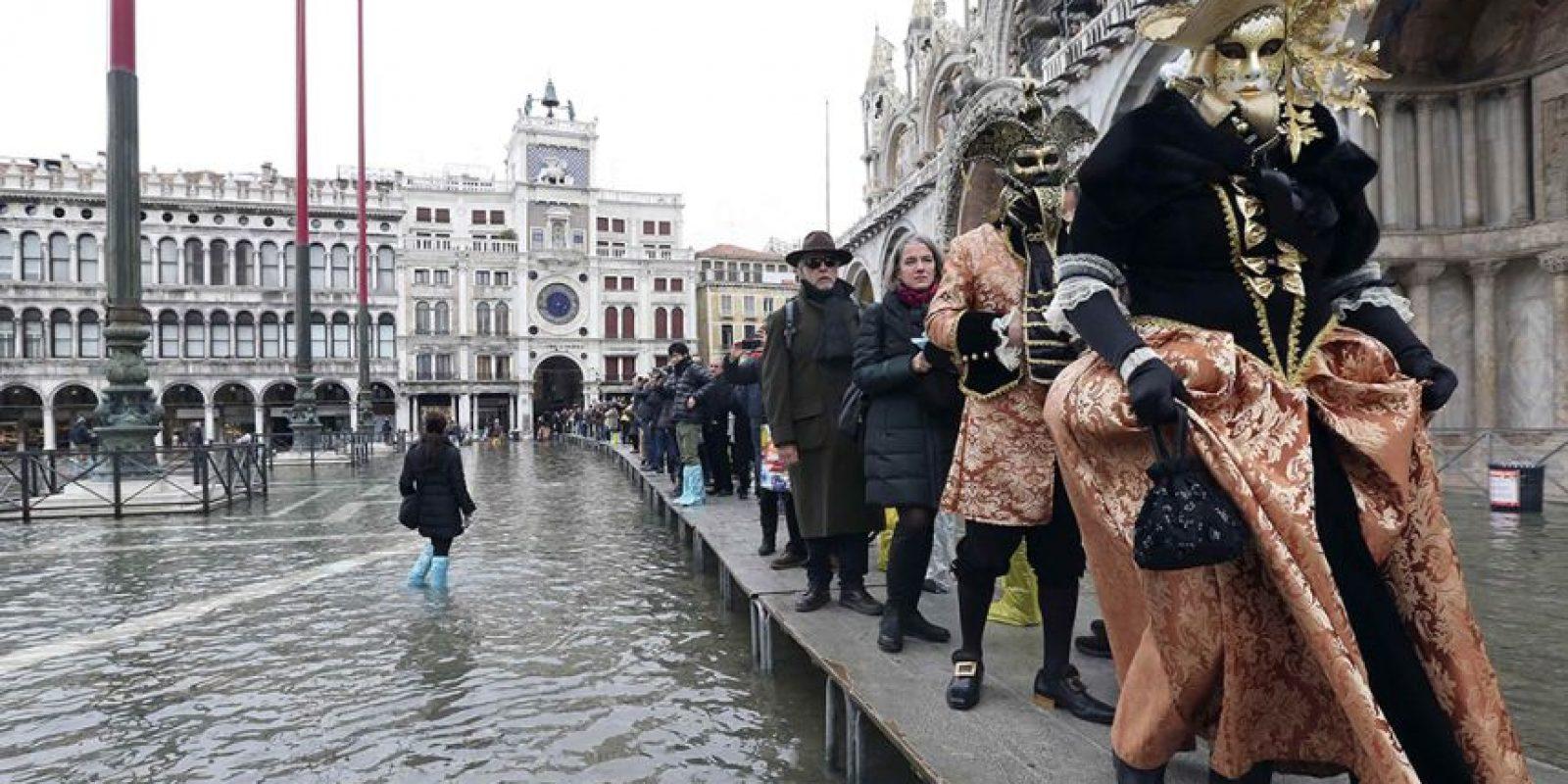 Es común que Venecia se inunde cuando sube la marea, pero esto no afecta las actividades diarias y el espiritú del Carnaval Foto:AFP