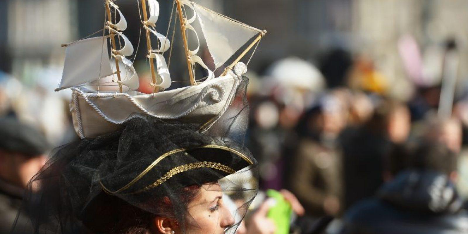 Algunos prefieren llevar sombreros muy singulares Foto:AFP