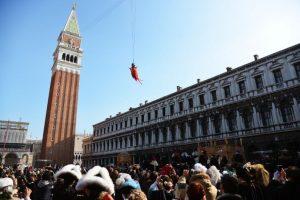 El carnaval de Venecia se inaugura con el lanzamiento de una persona desde la Torre de la campana de la Plaza de San Marco (Piazza San Marco) Foto:AFP