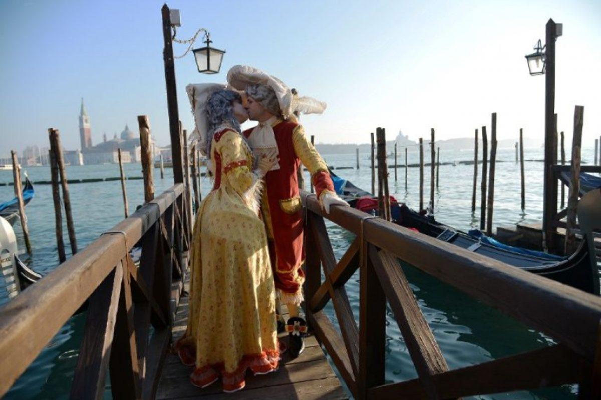 Muchos aprovechan para celebrar su amor, pues Venecia es considerada una de las ciudades más románticas por sus arquitectura Foto:AFP