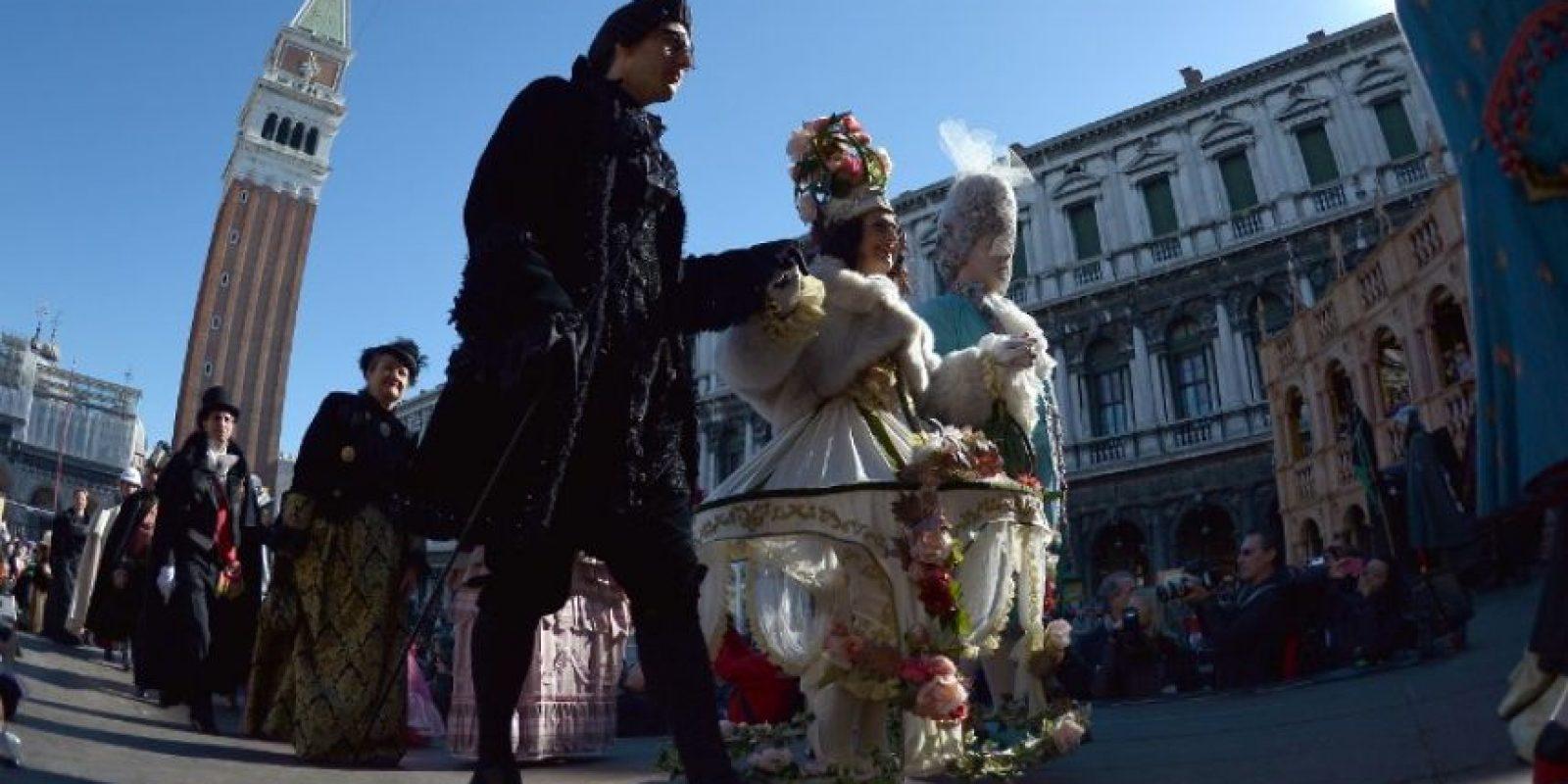 En los días del carnaval los trajes y las máscaras son característicos del siglo XVII, estos se exhiben en las calles donde todos están invitados Foto:AFP
