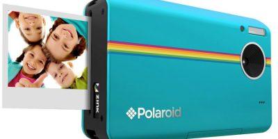 La Z2300 de Polaroid permite tomar fotos de 10 megapixeles, visualizarlas en su pantalla LCD de 3 pulgadas y definir cuál de sus imágenes es la que finalmente van a imprimir a color en un papel de 2*3 pulgadas. Foto:Polaroid
