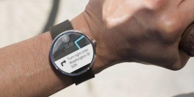El smartwatch de Motorola tiene una pantalla redonda de 1.56 pulgadas, pesa 49 gramos, tiene una batería de 320 mAh, 4GB de memoria interna, 512MB en RAM, resiste al agua, se conecta mediante Bluetooth y su correa de cuero puede ser gris o negra. Foto:Motorola