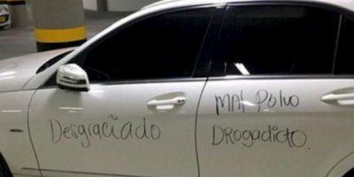 Escribir verdades en su auto. Foto:Facebook
