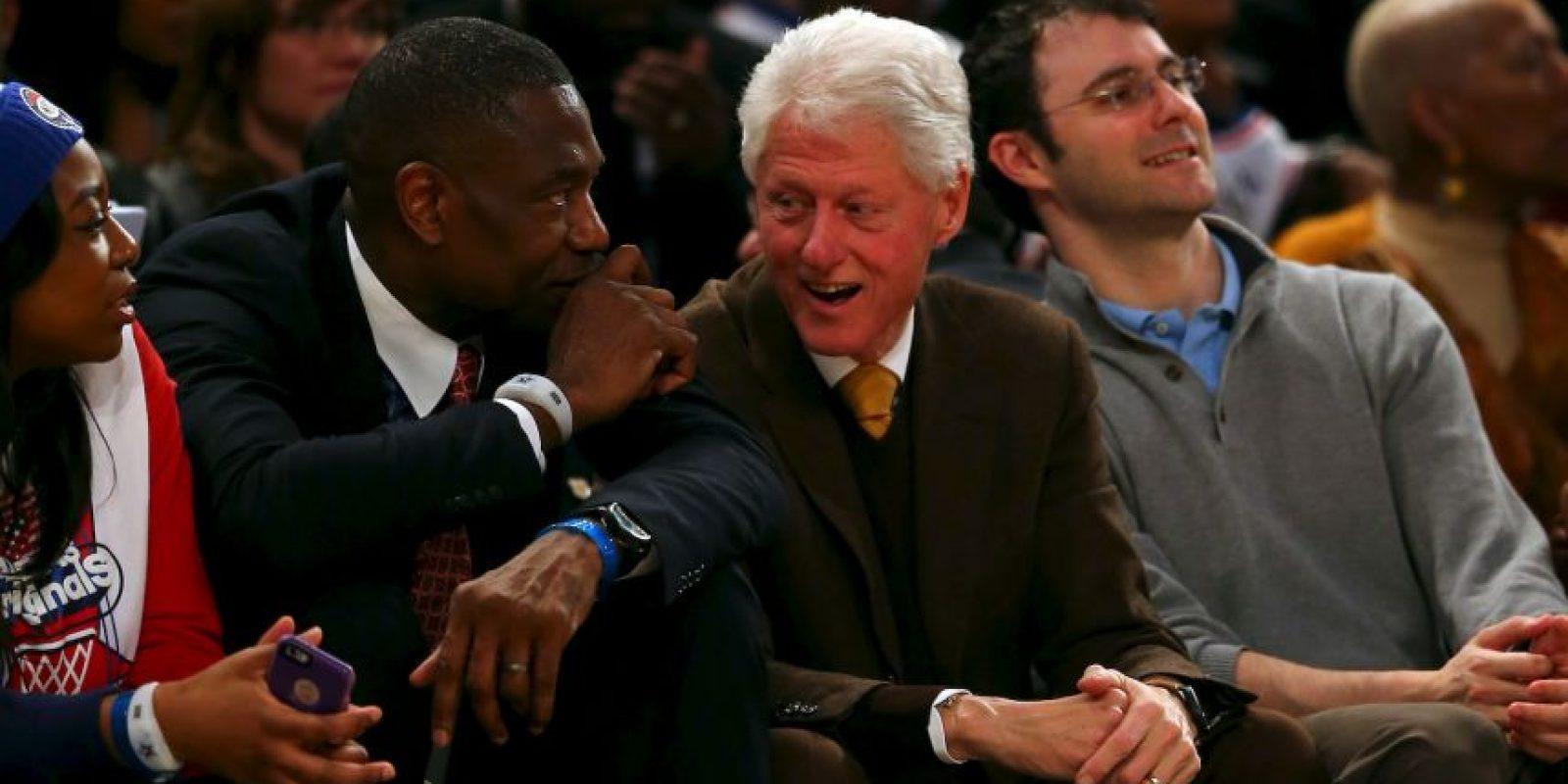 El ex presidente de Estados Unidos, Bill Clinton (centro), junto al ex jugador de la NBA, Dikembe Mutombo (izquierda) Foto:Getty Images