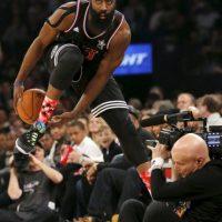 James Harden hace una pirueta desafiando la gravedad Foto:AP