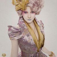 Las extravagancias del régimen de Snow y su clase social son reflejadas en los caprichos de la moda. Foto:Capitol Couture
