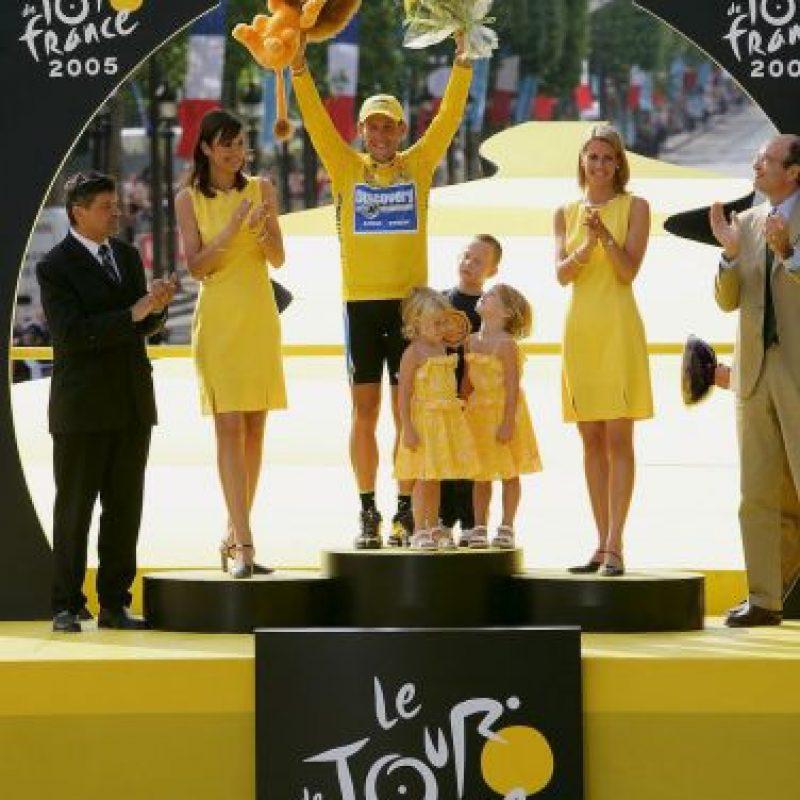 En octubre de 2012, Lance perdió sus siete títulos del Tour de Francia por dopaje y fue sancionado de por vida. En enero de 2013, Armstrong admitió en el programa de Oprah Winfrey que se había dopado y el Comité Olímpico Internacional lo obligó a regresar su medalla de bronce conseguida en Sidney 2000. Foto:Getty Images