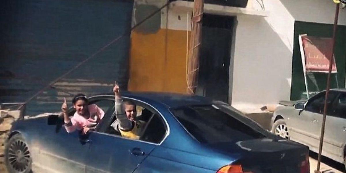 VIDEO: Niños apoyan caravana de vehículos
