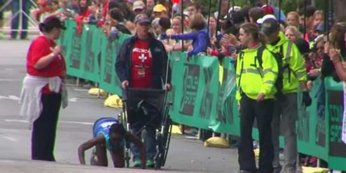 ¡Heroico! Mujer se desploma en maratón y llega a la meta gateando