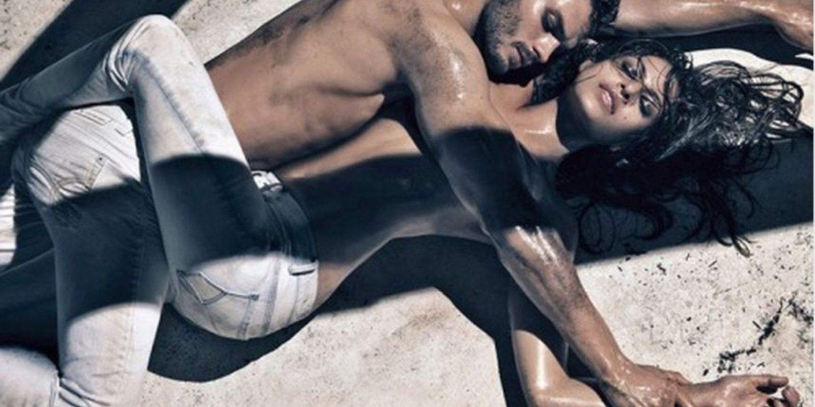 Posando a lado de Eva Mendes Foto:Calvin Klein Jeans.