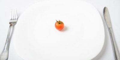 Si desea bajar de peso, reducir las porciones es una genial idea. Sin embargo, no es tan fácil por ello debemos engañara la cerebro y usar un plato pequeño a la hora de servir la comida.