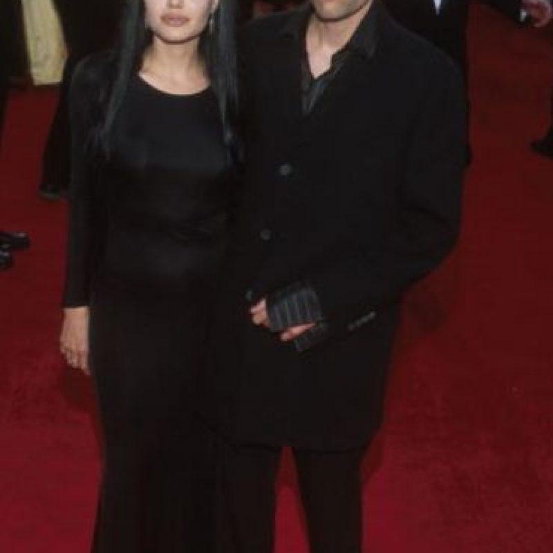 Angelina Jolie, en su época de Morticia Adams. Y su hermano como accesorio. Foto:Getty Images