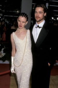 Juliette Lewis, acompañada de Brad Pitt, con un vestido de los años 20 y peinado de rapero. Foto:Getty Images