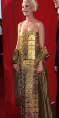 Lizzy Gardiner, en 1995, desafiando las convencionalidades con su vestido de tarjetas American Express. Las hubiese usado para comprar un vestido mejor. Foto:Getty Images