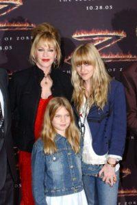 Con su mamá Melanie Griffith y su hermanita Stella Banderas. Octubre 16 de 2005. Foto:Getty Images