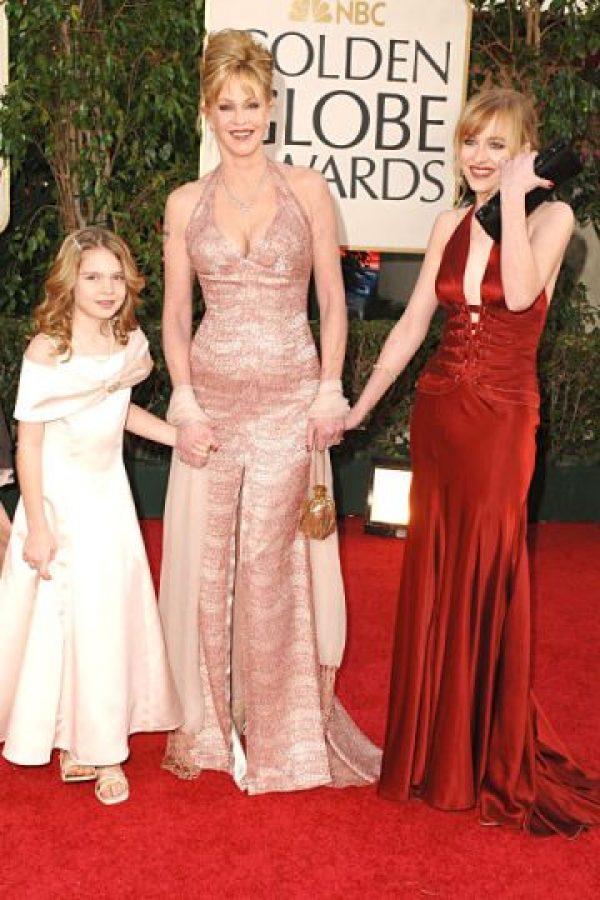 Con su hemanita Stella Banderas y su mamá Melanie Griffith. Enero 16 de 2006. Foto:Getty Images