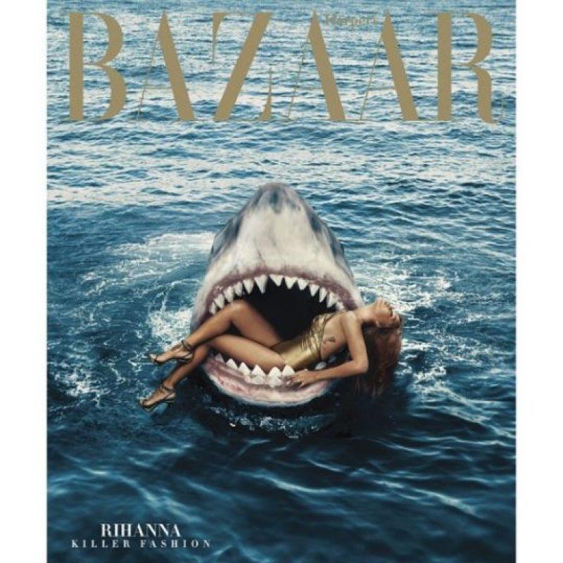 1.- Porque demostró su valor al realizar una sesión fotográfica nadando con tiburones. Foto:Instagram/badgalriri