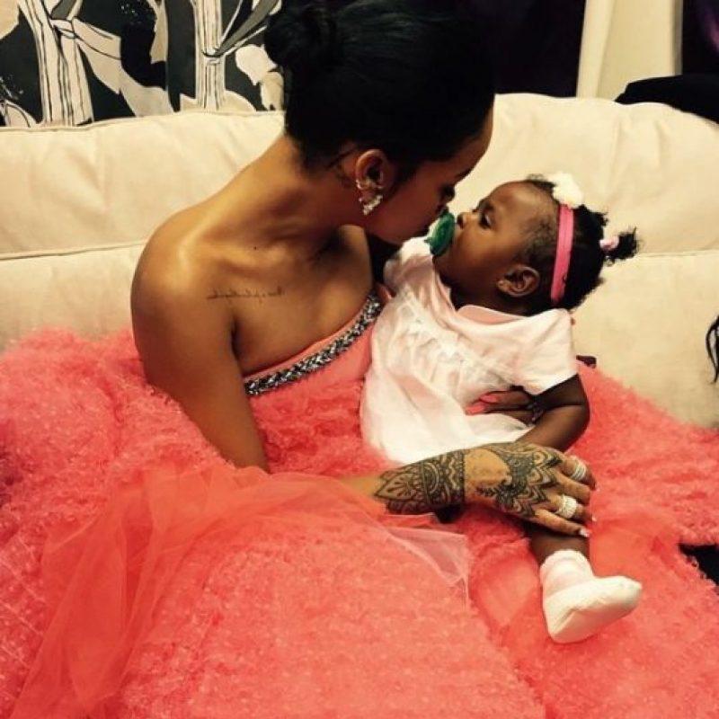2.- Porque adora a los niños y, aunque no tiene hijos, es una tía consentidora. Foto:Instagram/badgalriri