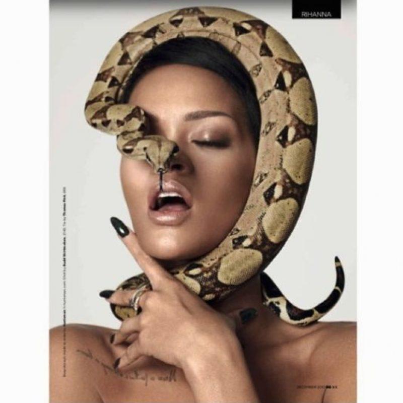 13.- Porque no solo tocó es capaz de tocar una víbora, ella puede adornan su cuerpo con este animal Foto:Instagram/badgalriri