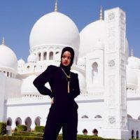 16.- Porque aunque sus posiciones eran inapropiadas, se atrevió a posar en una mezquita. Foto:Instagram/badgalriri