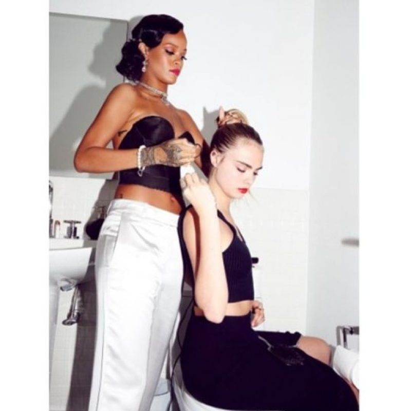 18.- Y también puede ayudar a otras personas, incluso a famosas modelos como Cara Delevingne Foto:Instagram/badgalriri