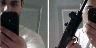 Este joven decidió publicar este selfie mientras sostenía la metralleta que utilizó en el robo a un banco. Foto:Twitter