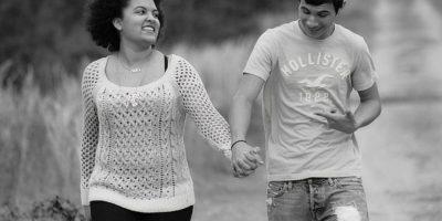 8. Él toca la textura de tu suéter o recoge un hilo de tu camisa. Este es el mejor pretexto para iniciar un contacto físico leve. Foto:Tumblr.com/Tagged-enamorado