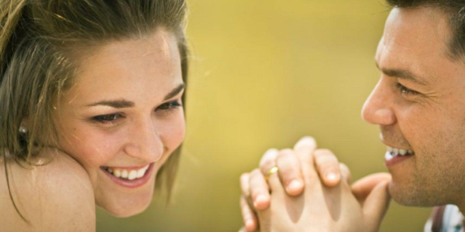3. Muestra sus dientes al sonreír. Cuando nos la pasamos muy bien y divertidos con la persona correcta, no nos detenemos a mostrar una sonrisa discreta. La felicidad no se puede ocultar. Foto:Pinterest