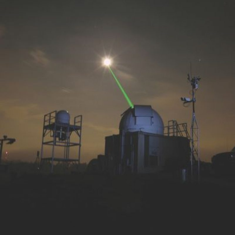 Láser. Un equipo contratado por Facebook está desarrollando aviones no tripulados de energía solar con lo que se conoce como la comunicación óptica en el espacio libre (FSO), y esperan utilizar el láser para enviar mensajes entre drones y el suelo. Si tienen éxito, la tecnología podría ofrecer velocidades comparables a los cables de fibra óptica