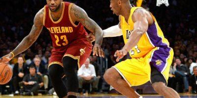 Kobe Byrant peleando un balón a LeBron James durante un encuentro de la NBA. Foto:Getty Images