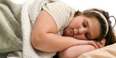 Dormir muy poco por tres noches reduce la producción de insulina, necesaria para regular el azúcar en la sangre. Foto:Tumblr.com/tagged-dormir-obesidad