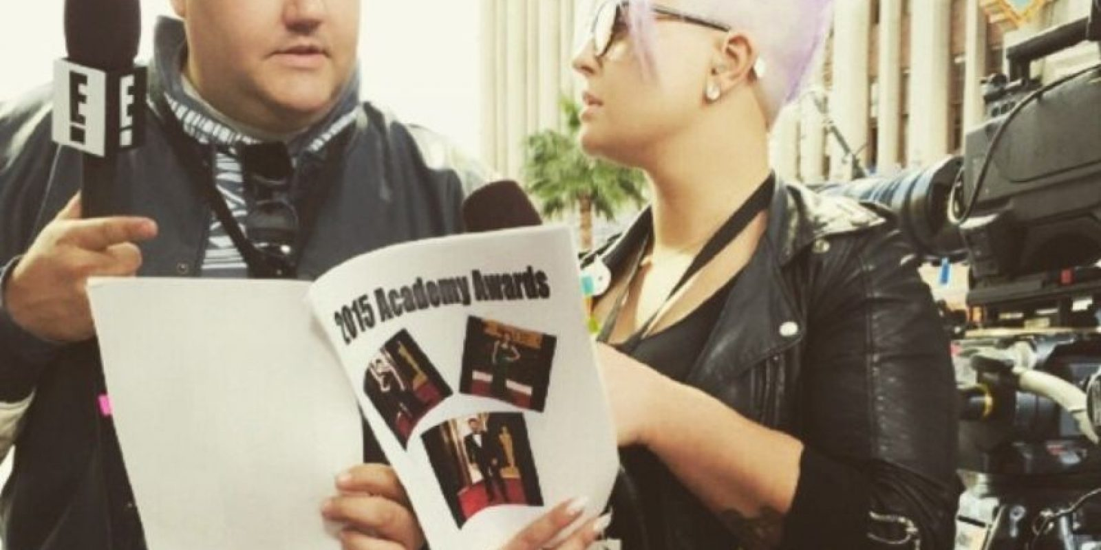 Los presentadores de Fashion Police, repasando el libreto. Foto:Instagram